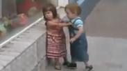 Какво, за Бога, прави това момченце? (ВИДЕО)