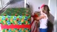 Момиченце отваря подаръка си за рожден ден! Реакцията, което ще ви разплаче! (ВИДЕО)