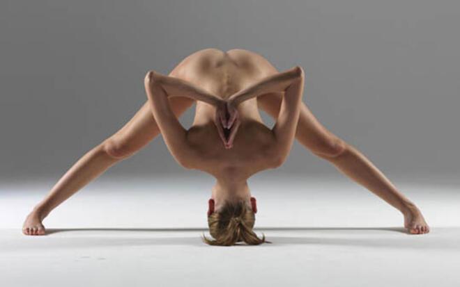 Йога инструкторка позира гола в любимите си пози (СНИМКИ 18+)