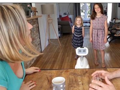 Роботче си играе на криеница с деца