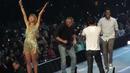 Тейлър Суифт изненада феновете си! Покани на сцената Мат Лебланк и Крис Рок (ВИДЕО)
