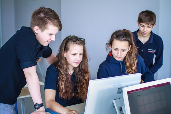 Американо-английската академия отваря врати за гостуващи ученици