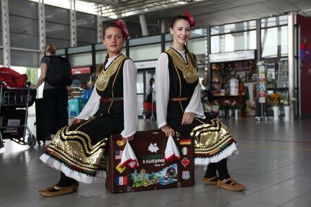 30 успели млади българи обикалят страната и дават личен пример