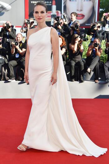 Натали Портман отново бременна и красива на фестивала във Венеция