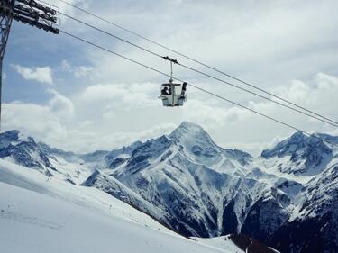 Коледата невъзможна! 157 туристи висяха 6 часа в лифт в Италия