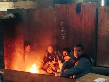 Хиляди мигранти в Белград избраха да мръзнат на открито (снимки)