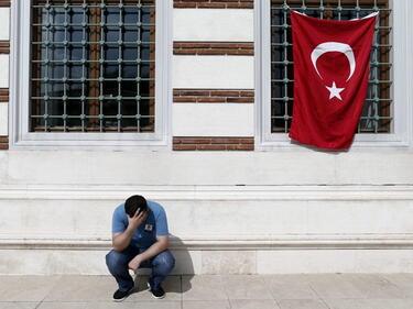 Чистката в Турция продължава, нови 6000 останаха на улицата