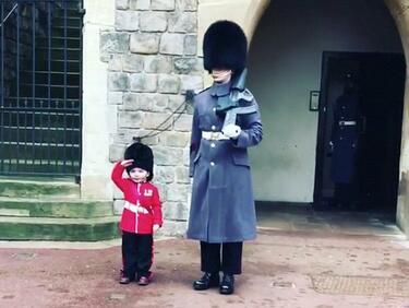 Гвардеец на кралицата сбъдна мечта на 4-годишно дете