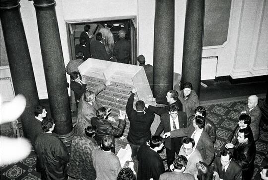 20 години от революцията: Народът щурмува парламента