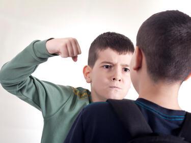 Обяснение: Агресивният третокласник е гений и се дразни на тъпите съученици?!