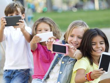 Внимание! Ето защо не трябва да даваме телефони на децата