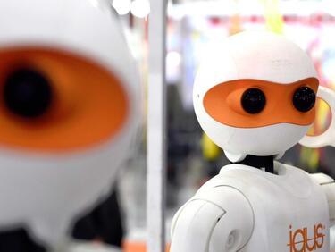 Китайски роботи ще оперират хора и ще гледат възрастни