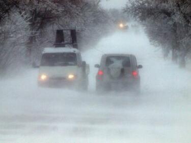 Снегът пак обърка движението в страната