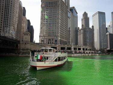 Река Чикаго отново потече в зелено (ВИДЕО)