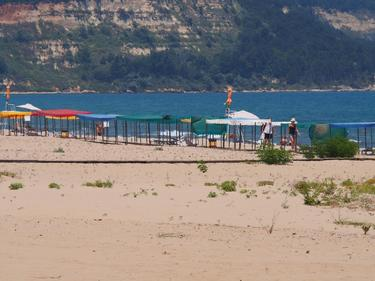 Лятото идва, а редица плажове още нямат стопанин