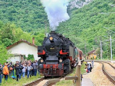 Атракционни пътувания с ретро влак за Лазаровден и Цветница