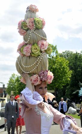 Парад на най-екстравагантните шапки в Роял Аскот
