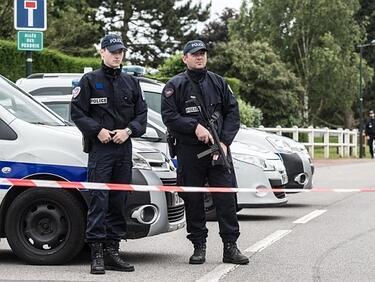 """Стрелецът от Париж бил свързан с """"Ислямска държава"""""""