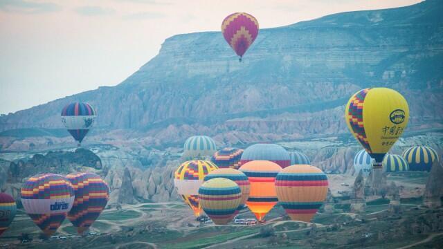 Неповторимо изживяване с балон в Кападокия (СНИМКИ)