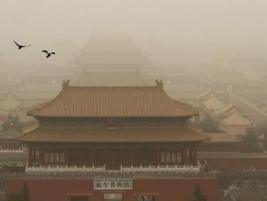 Пясъчни бури връхлетяха Северен Китай (СНИМКИ)