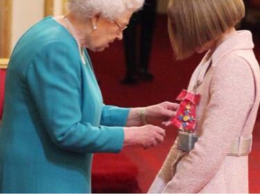 Британската кралица удостои с титла шефката на Vogue