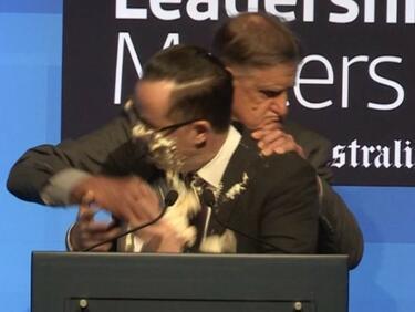 Пeнсионер размаза торта в лицето на авиошеф в Австралия (ВИДЕО)