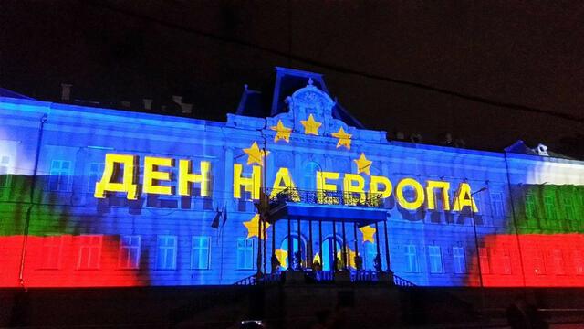Уникално светлинно шоу върху фасадата на Царския дворец (ВИДЕО/СНИМКИ)