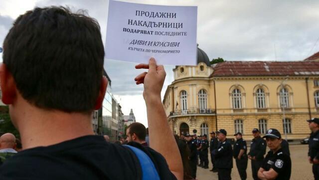 Полиция пази парламента от екопротест в защита на Черноморието (СНИМКИ)
