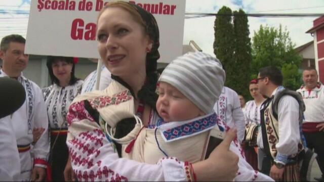 Румънците ни изпревариха и с най-дългото хоро в света (СНИМКИ/ВИДЕО)