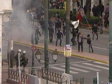 Протестите в Гърция ескалираха! Пуснаха сълзотворен газ срещу демонстрантите (СНИМКИ/ВИДЕО)