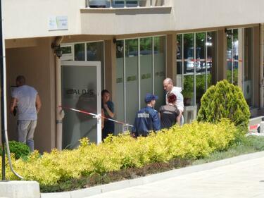 63-годишна жена и 38-годишен мъж са жертвите на стрелеца в София