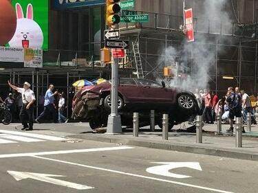 """Атака в Ню Йорк! Кола се вряза в пешеходци на """"Тайм Скуеър"""" (НА ЖИВО/ВИДЕО)"""