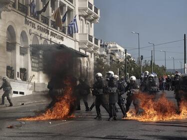 Нови мерки за икономии в Гърция предизвикаха остри сблъсъци (ВИДЕО)