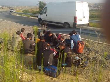 Хванаха голяма група мигранти край Костенец