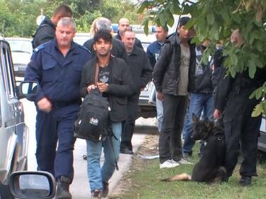 Откриха 12 мигранти в ТИР край Сандански