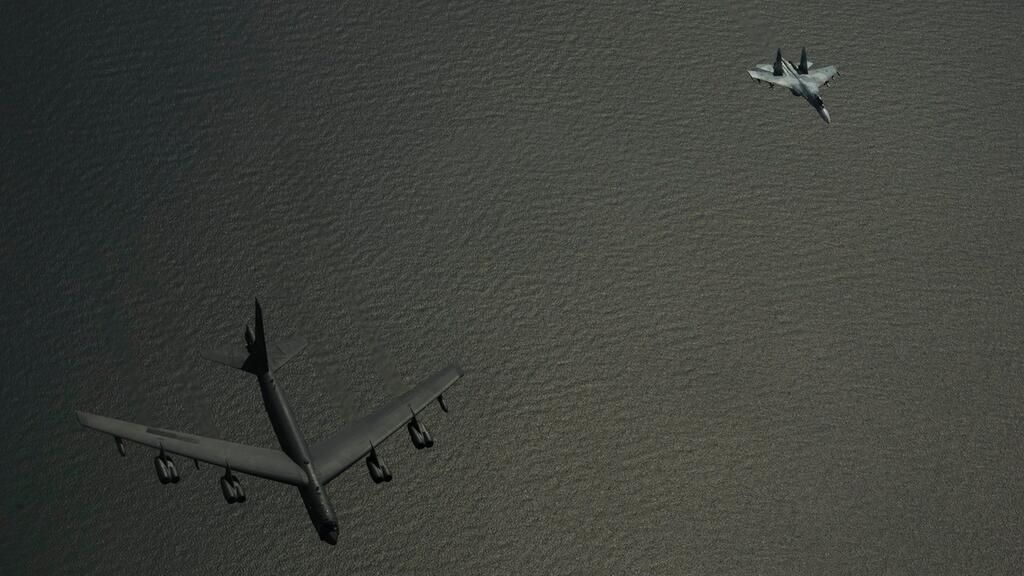 Руски изтребител на метри от US омбардировачи (СНИМКИ)