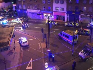 Разярени мюсюлмани задържаха нападателя пред джамията в Лондон (ВИДЕО)