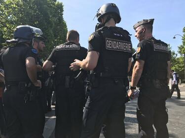 """Опит за атентат в Париж! Кола се вряза в полицейски бус на """"Шанз-Елизе"""" (ВИДЕО)"""