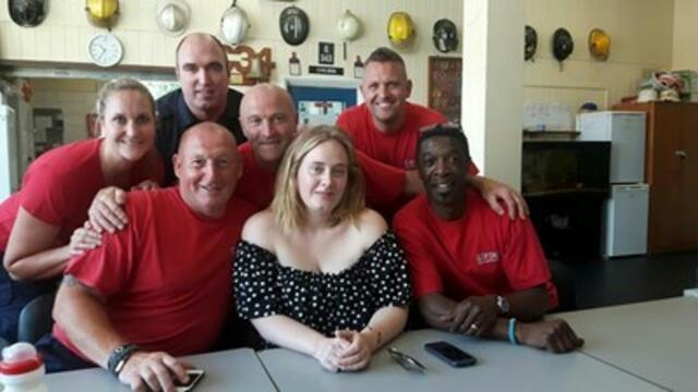 Невероятната Адел изненада пожарникарите в Лондон (СНИМКИ)