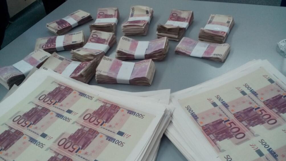 Разбита е група за разпространение на фалшиви евробанкноти. Става въпрос