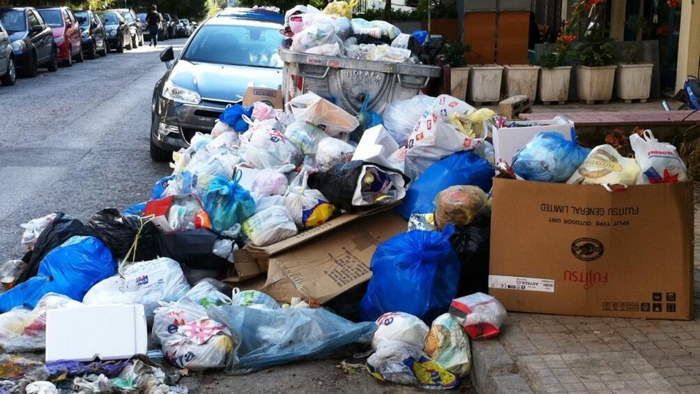 Големите гръцки градове, включително столицата Атина, потънаха в боклуци в