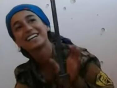 Смела кюрдска бунтовничка на косъм от смъртта (УНИКАЛНО ВИДЕО)