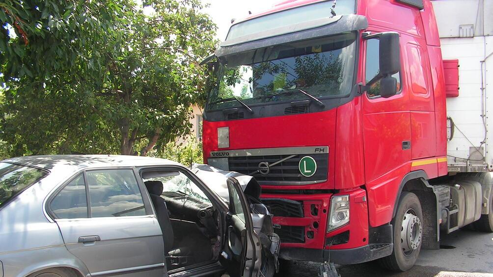Отново катастрофа с румънска кола у нас. Трима души са