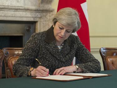 Съпартийците на Мей ще й искат оставката наесен