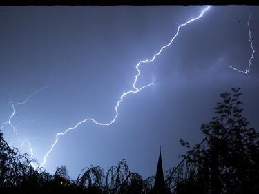 Проливни дъждове, бури с гръмотевици, на места и градушки
