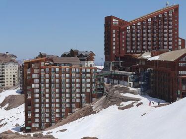 Обилен сняг затрупа Чили, един човек загина