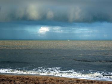 Студена есен посред лято! Не влизайте в морето: Опасно е!
