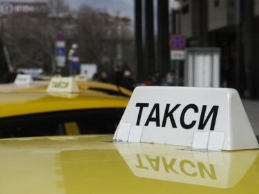 Само глоба за таксиджия, нападнал и разкъсал дрехите на клиентка