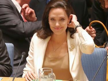 Анджелина Джоли заряза киното, готви и чисти кучешко ако
