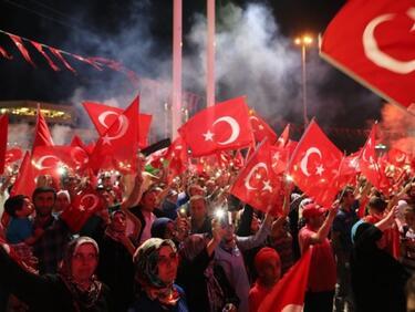 Женски протест в Истанбул срещу мъжете заради ограничения в облеклото (ВИДЕО)